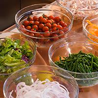 旬の野菜をとり入れたサラダコーナー